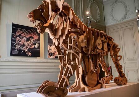 達(da)芬(fen)奇在(zai)巴黎咆哮的獅子對當今世界有何評論